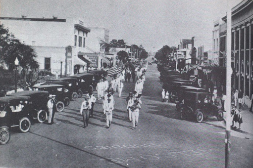 "Fig. 4 Continuation of Sarasota's 1919 Armistice Day parade, approaching the ""Welcome Buddies"" greeting before the flagpole."